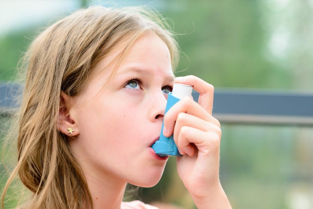 kid using inhaler