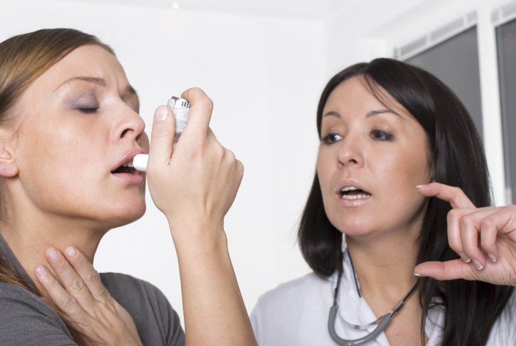woman having asthmatic allergies